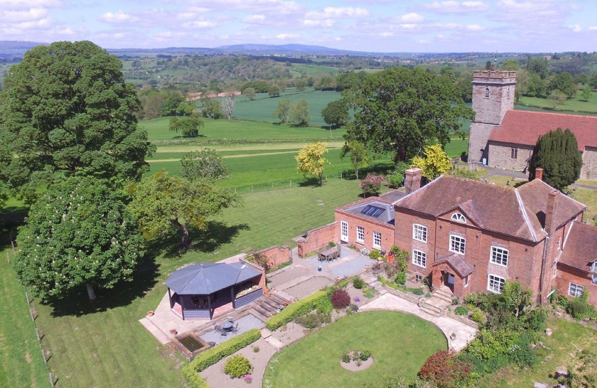 Broad Meadows Farmhouse a british holiday cottage for 12 in ,