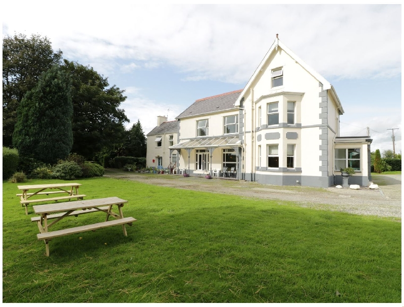 Muriau Park a british holiday cottage for 12 in ,