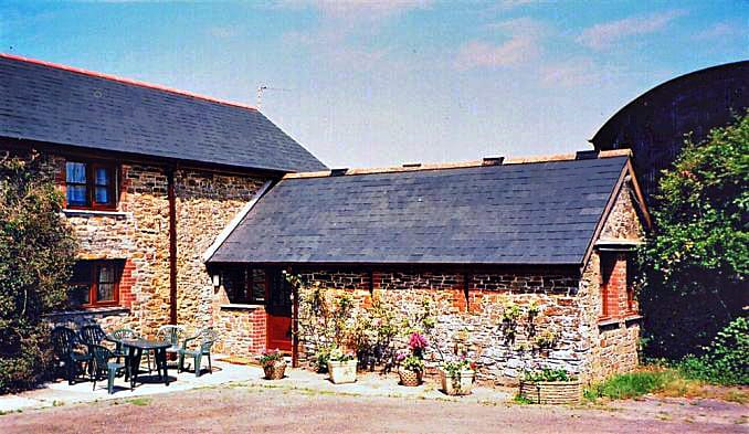 Bowood Farm, Horseshoe Barn a british holiday cottage for 8 in ,